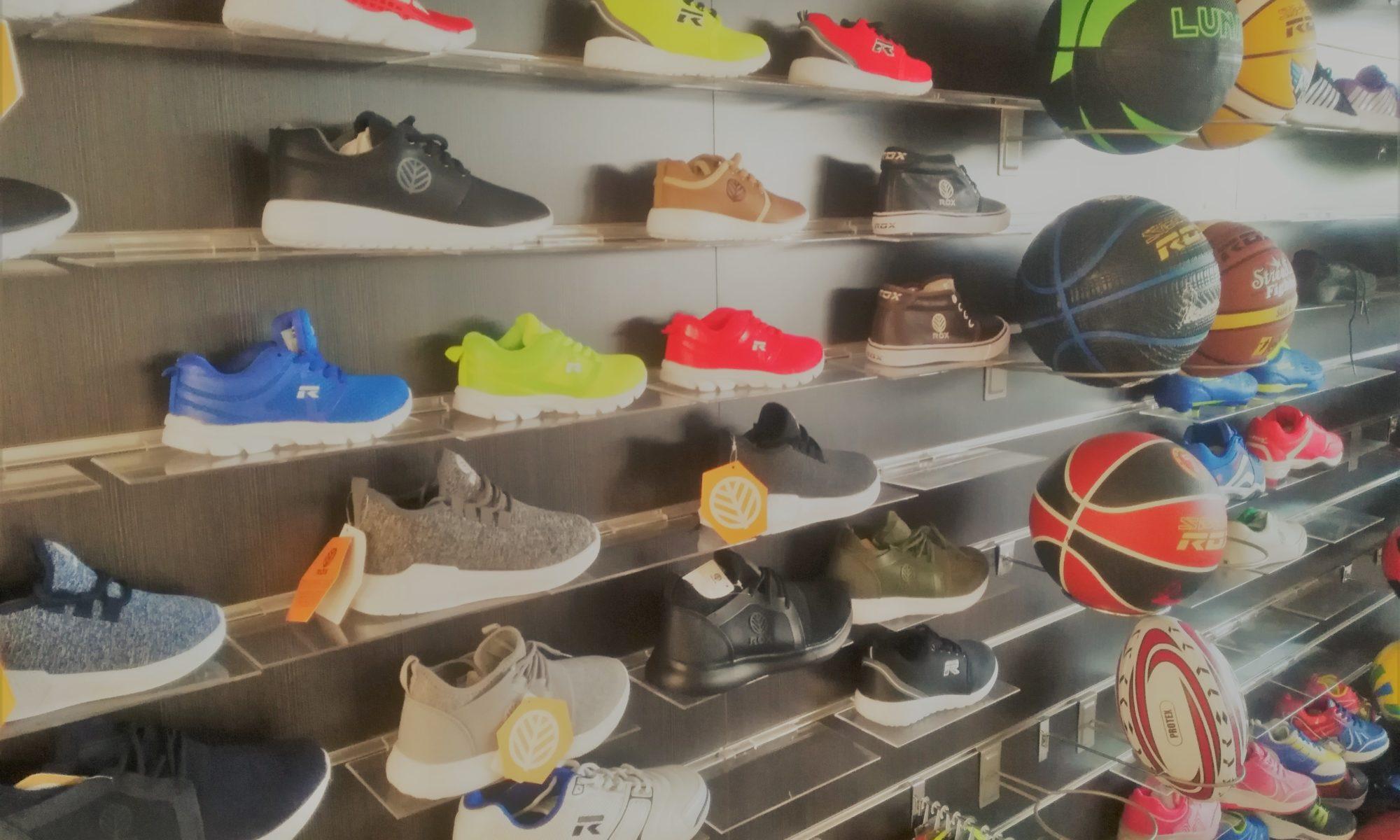 Estantería con zapatillas deportivas y balones